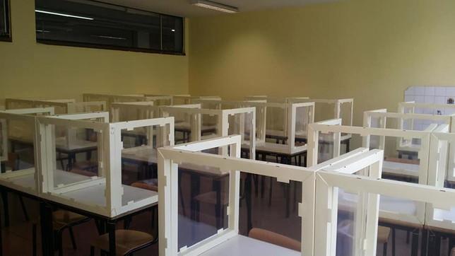 Scuola, in un liceo di Bergamo già collocati i divisori in plexiglass nelle aule
