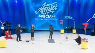 """""""Amici Speciali"""", Sabrina Ferilli vince la sfida a colpi di Tik Tok contro Panariello"""