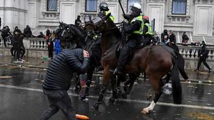 George Floyd, proteste a Londra: scontri tra manifestanti e polizia