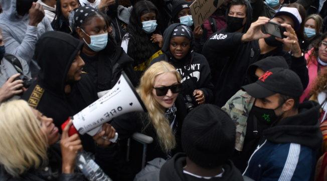 Madonna in corteo per Floyd... con le stampelle