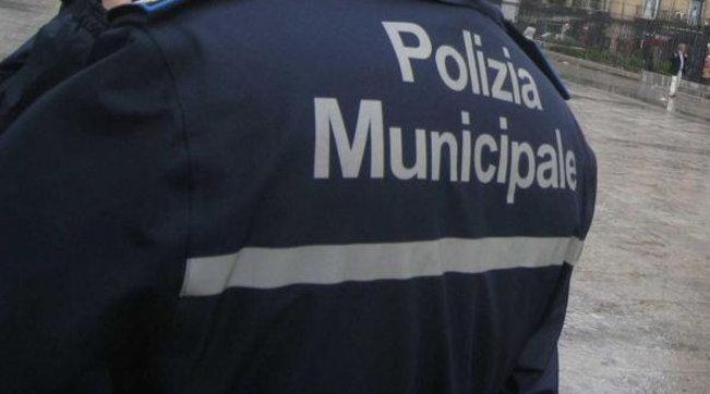 Avellino, vivevano tra cumuli di rifiuti e cibo putrefatto: 4 bambini salvati dalla polizia municipale