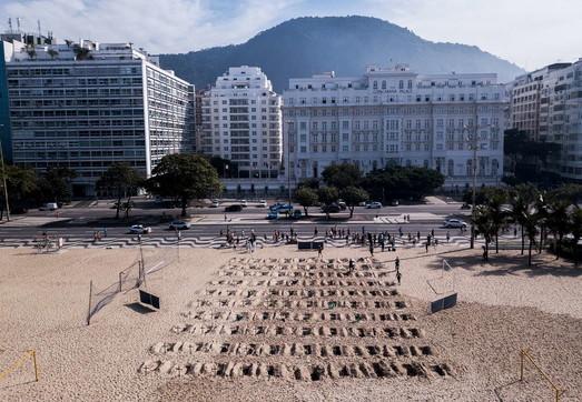 Coronavirus, 100 tombe sulla spiaggia di Copacabana: protesta contro Bolsonaro