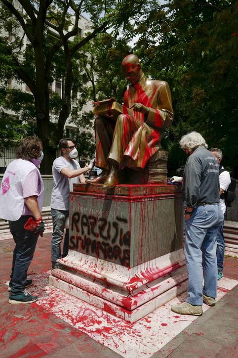 Indro Montanelli, volontari ripuliscono la statua imbrattata con vernice rossa