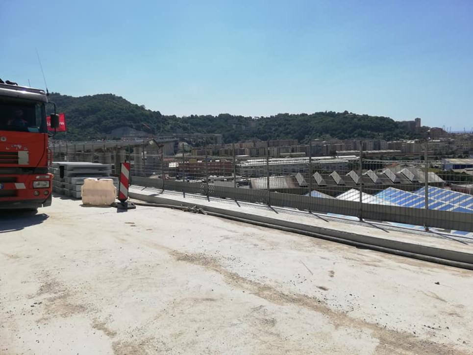 Genova, primi passi sul nuovo ponte per il governatore Toti e il sindaco Bucci