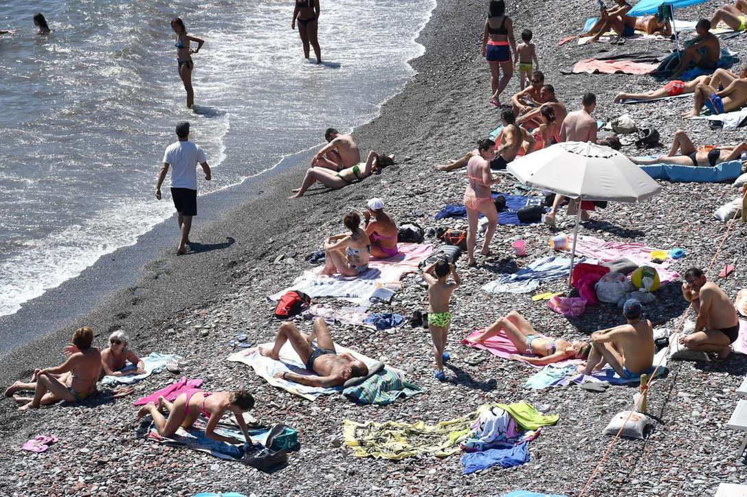 In Liguria spiagge prese d'assalto nonostante ingressi contingentati