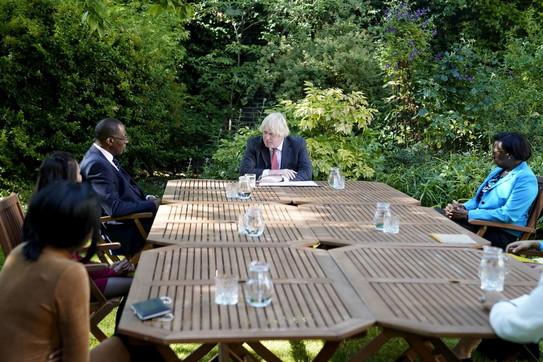 """Boris Johnson: """"Dal 4 luglio distanziamento sociale a un metro"""""""