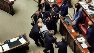 Caos alla Camera, Sgarbi portato via di peso dai commessi fuori dall'Aula