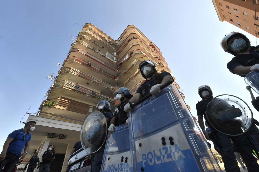 Situazione tesa a Mondragone:lanci di pietre e sedie,sfondate auto