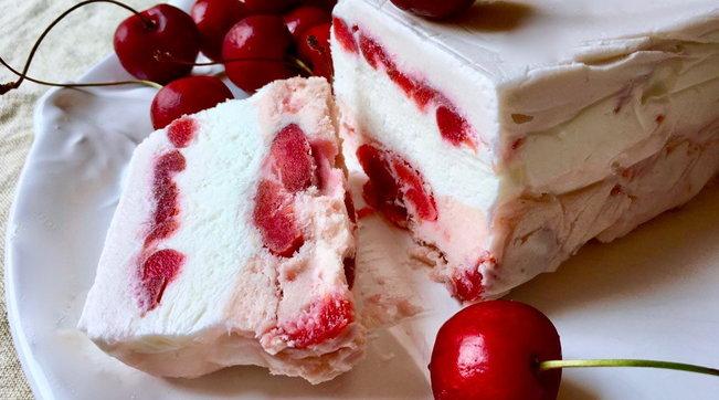 Semifreddo panna, ciliegie e vaniglia: facile e supergoloso