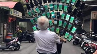 Taiwan, Nonno Pokémon a caccia in città con 64 smartphone sulla bicicletta