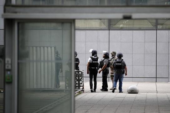 Parigi, avvistato un uomo armatoalla Défense: operazione conclusa