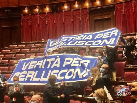 """Protesta di Forza Italia, issati cartelli alla Camera: """"Verità per Berlusconi"""""""