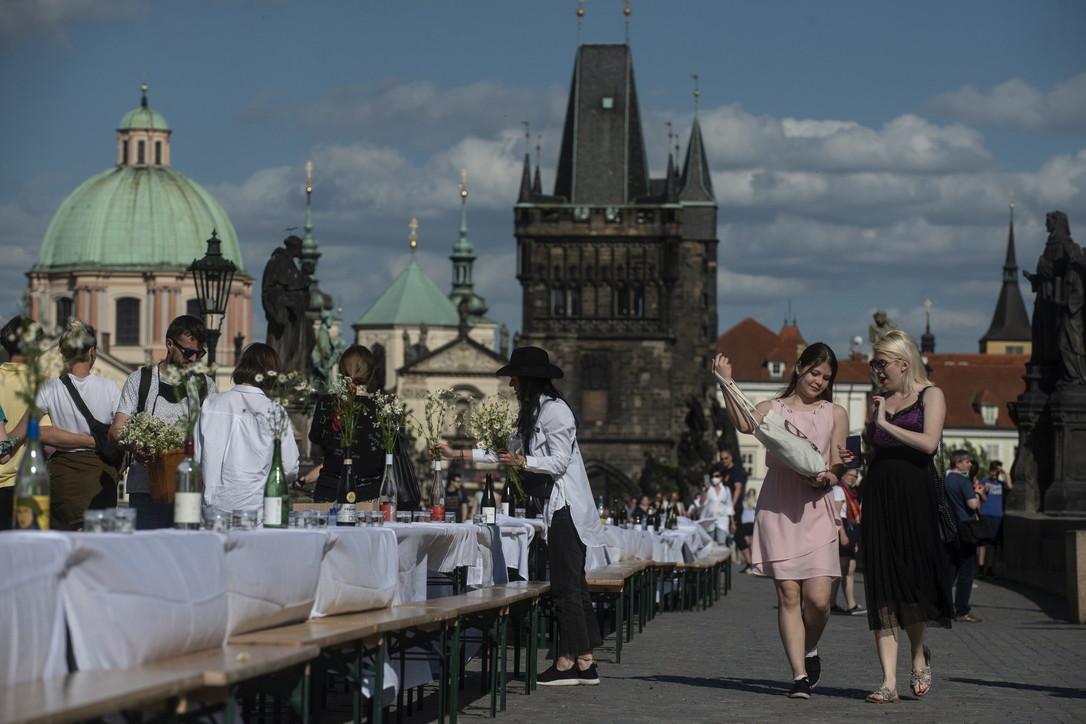 Praga, festa per addio simbolico al coronavirus