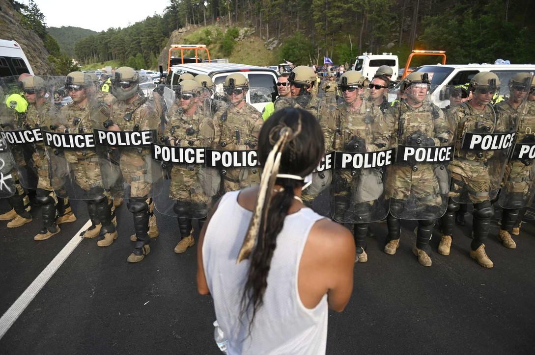 4 luglio, proteste al comizio di Trump al Monte Rushmore: scontri tra manifestanti e polizia