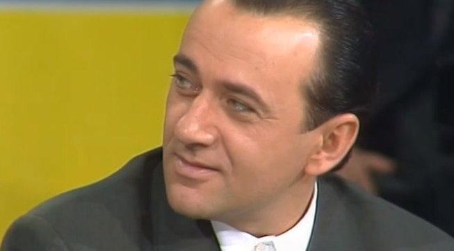 """Giorgio Faletti nasceva 70 anni fa, rivediamolo scherzare sul palco del """"Maurizio Costanzo Show"""""""