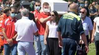 Bimbi uccisi, folla e lacrime al campo sportivo per dire addio a Elena e Diego