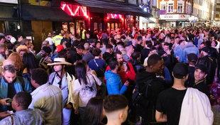 Coronavirus, in Gran Bretagnariaprono i pub: presi d'assalto dalla folla