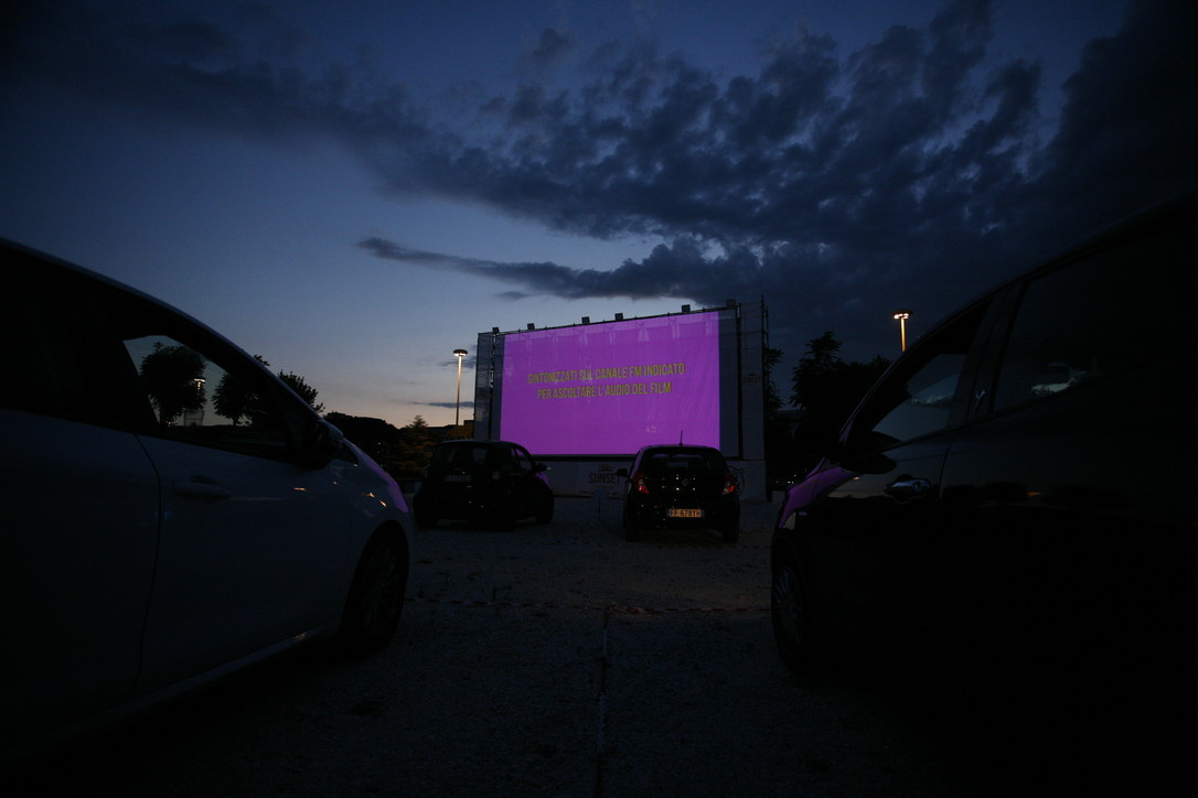 Roma, a Cinecittà debutta il Drive In: il cinema all'aperto ai tempi del Covid-19