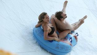 Michelle Hunziker e Fabio Rovazzi, che gruppo vacanze sugli scivoli a Riccione! Le foto