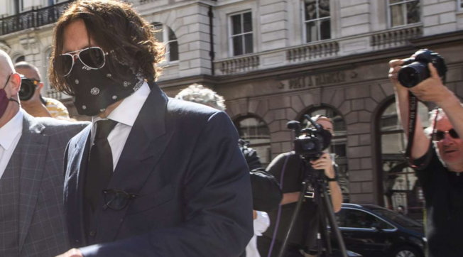 """Johnny Deppal processo contro """"The Sun"""": """"mascherato"""" con la bandana nera da Jack Sparrow"""