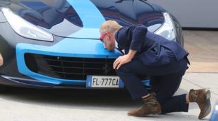Lapo Elkann bacia l'auto, ma è solo per beneficenza