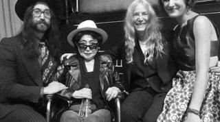 Yoko Ono sta male: assistita 24 ore su 24 è su una sedia a rotelle