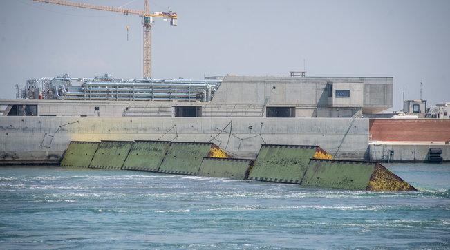 MoseVenezia, per la prima volta entra in funzione il sistema di 78 dighe mobili