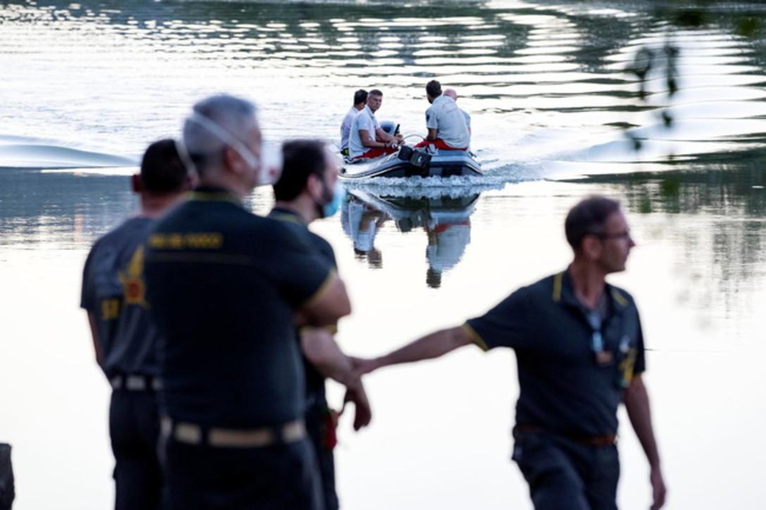 Roma, elicottero precipita nel Tevere e si inabissa