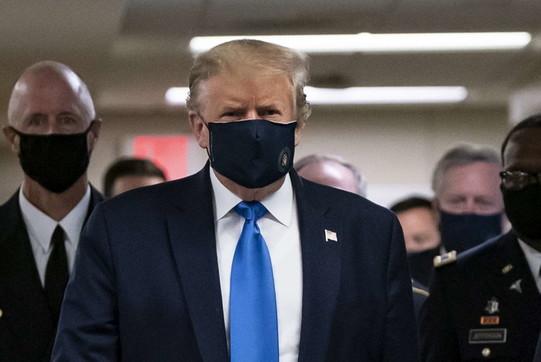 Coronavirus, Trump si mostra in pubblico con la mascherina