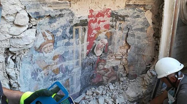 San Benedetto, affiora un affresco tra le macerie della Basilica di Norcia