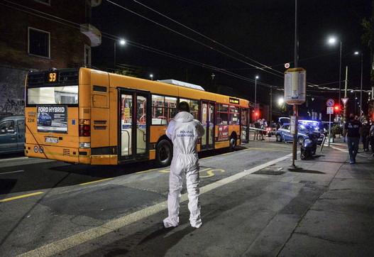 Milano, 23enne accoltellato su un bus