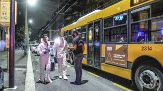 Milano, 23enne aggredito a coltellate sul bus da una gang sudamericana | Foto
