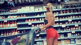 Ilary Blasi al supermercato in costume da bagno e shorts