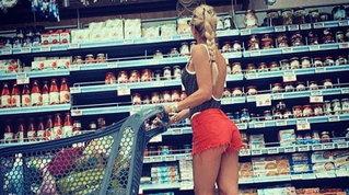 Ilary Blasi bollente, al supermercato in costume da bagno e shorts