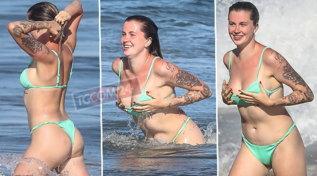 IrelandBaldwin, forme toniche in bikini e curve sexy per la figlia di KimBasinger