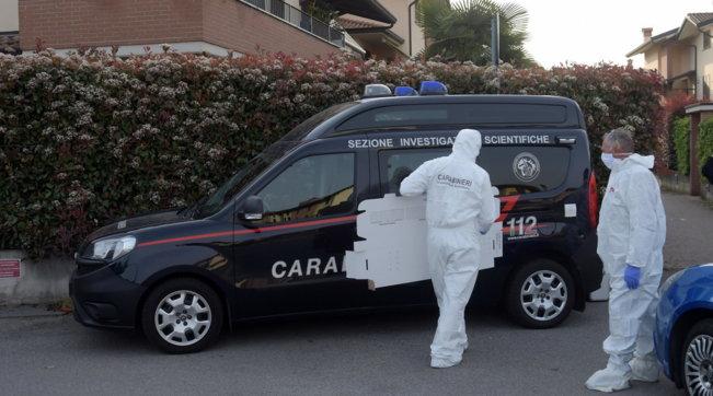 Torino, uccide i genitori a coltellate e fugge: uomo fermato in strada dai carabinieri a Collegno