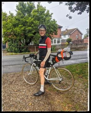 Da Londra all'Italia in bici per una promessa fatta al padre morto di Covid