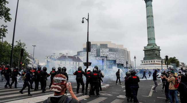 Francia, 14 luglio dai due volti: l'omaggio al personale sanitario e gli scontri con la polizia