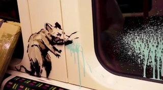 Banksy si traveste da sanificatore, porta i