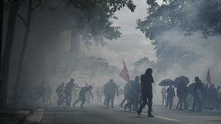 Parigi, operatori sanitari tra omaggi ufficiali e scontri con la polizia