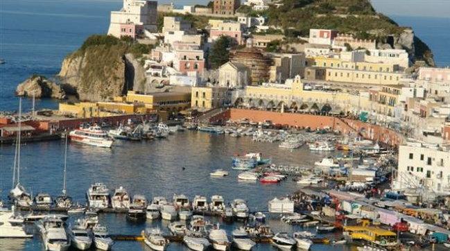 Ponza, boom di turisti nell'isola Covid-free e il sindaco lancia l'allarme: