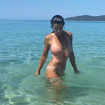 Elisabetta Canalis incendia il mar di Sardegna con un bagno hot