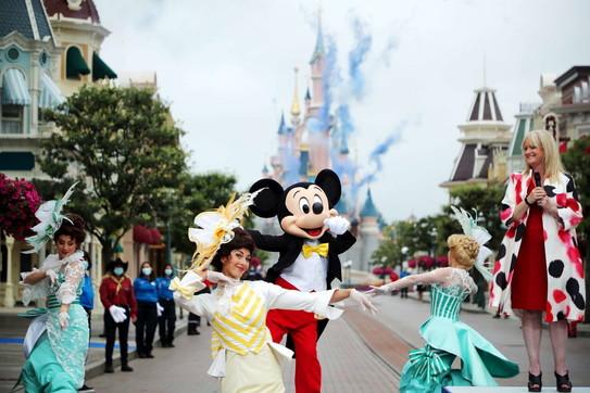 Coronavirus, in Francia riaprono Disneyland e l'ultimo piano della Torre Eiffel