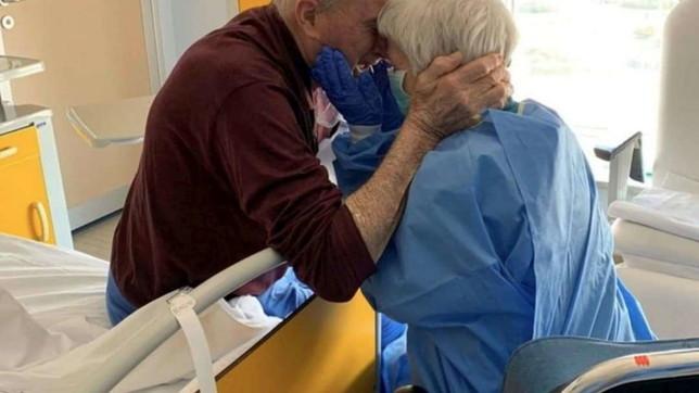 Coronavirus, addio a Rosa: l'abbraccio in ospedale con suo marito Giorgio diventò una foto simbolo della pandemia