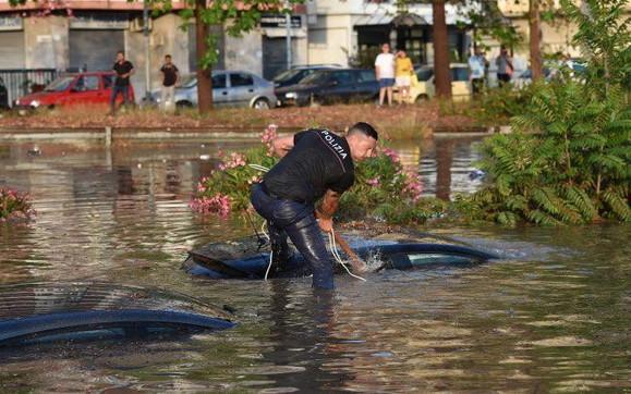 Palermo, la foto del poliziotto simbolo dell'alluvione