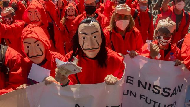 """Spagna, i lavoratori Nissan protestano con i costumi de """"La casa di carta"""""""