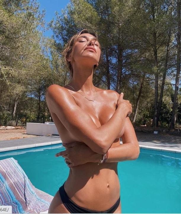 Belen in topless nella villa a Ibiza, i social impazziscono