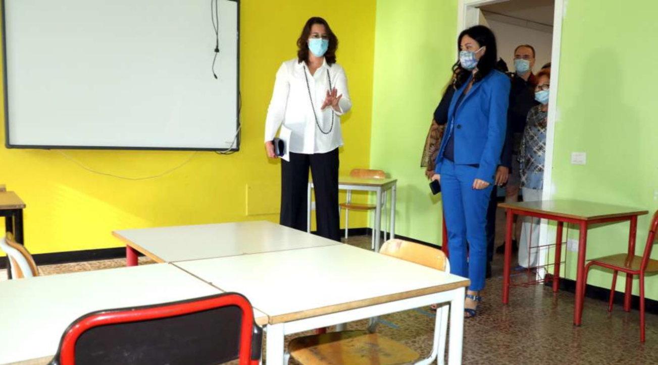 Il ministro Azzolinavisita una scuola di Milano, aule già pronte per la didattica post-Covid