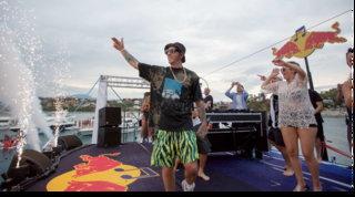 Salmo e Ghaliportano la musica in mezzo al mare: 180 barche per il loro livesu un palco galleggiante