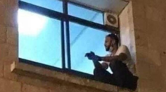 Hebron, scala tutti i giorni la parete dell'ospedale per stare vicino a sua madre ricoverata per Covid